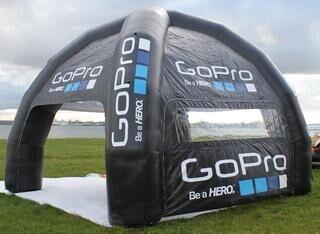 4-jalkainen ilmatäytteine teltta logolla