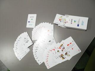 Pelikortit omalla logolla ja tekstilla