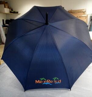 Sateenvarjo logolla Meie Reisid